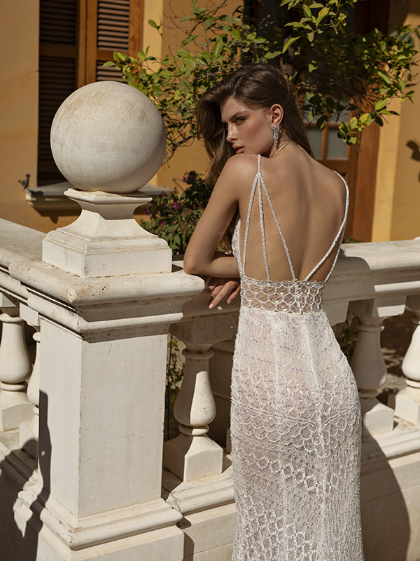 In questa foto un modello con la schiena nuda della collezione di abiti da sposa Michela Ferriero 2021