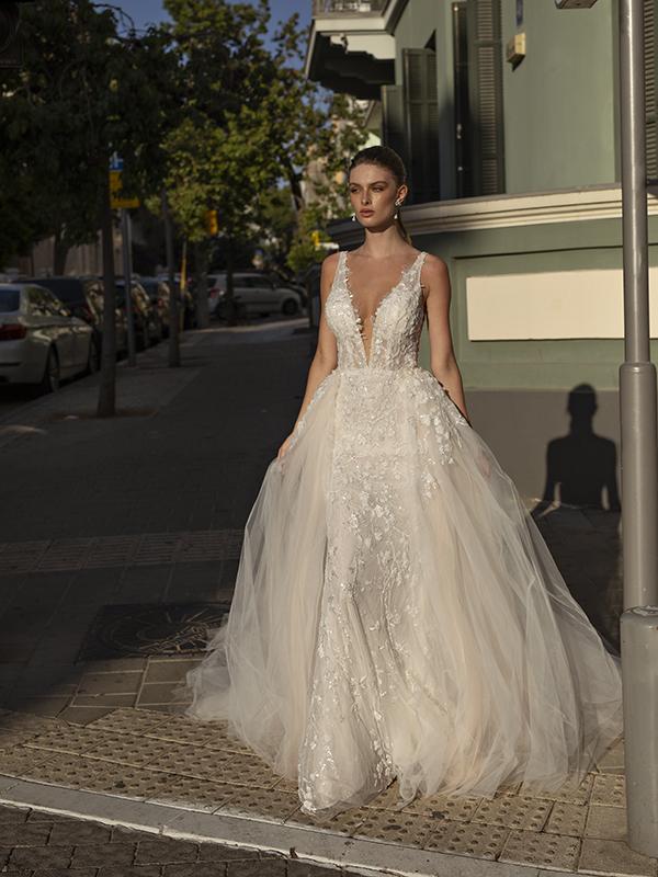 In questa foto un modello ricoperto da pietre preziose della collezione di abiti da sposa Michela Ferriero 2021