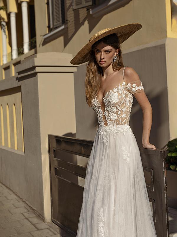 In questa foto un modello sensuale della collezione di abiti da sposa Michela Ferriero 2021