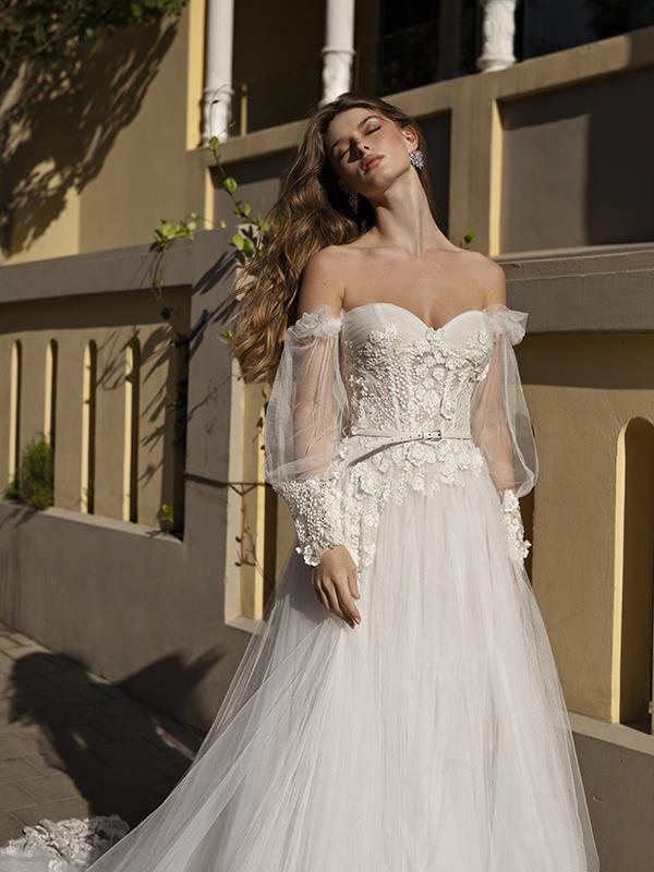 In questa foto un modello con maniche ballons della collezione di abiti da sposa Michela Ferriero 2021