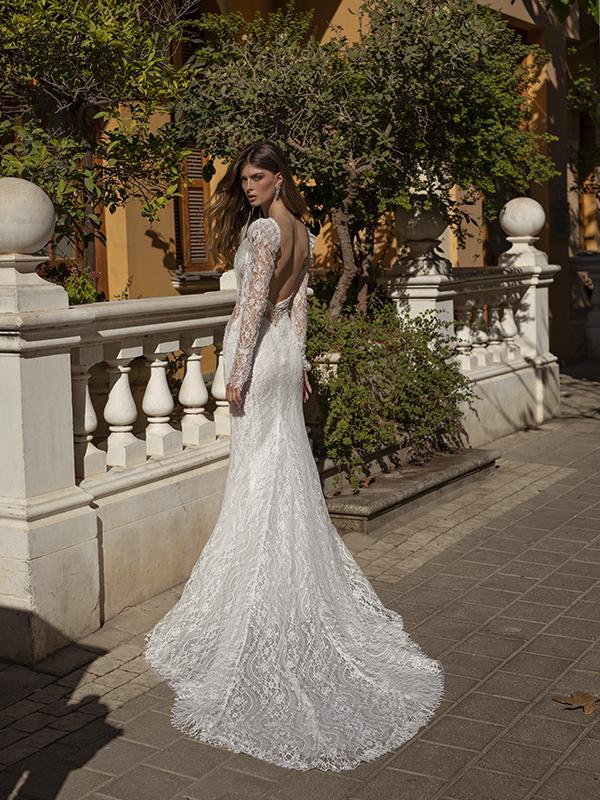 In questa foto un modello in pizzo della collezione di abiti da sposa Michela Ferriero 2021