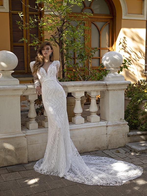 In questa foto un modello con ampia coda in pizzo della collezione di abiti da sposa Michela Ferriero 2021