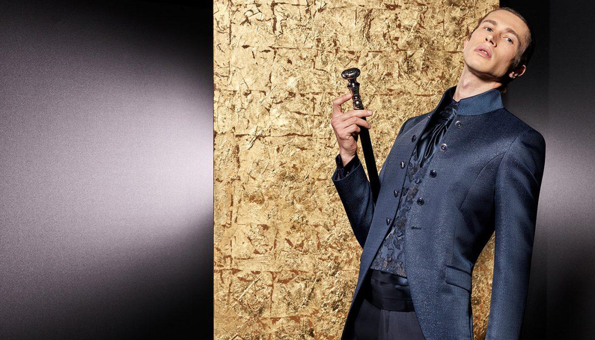 In questa foto un modello di abiti da sposo Andrea Versali 2021