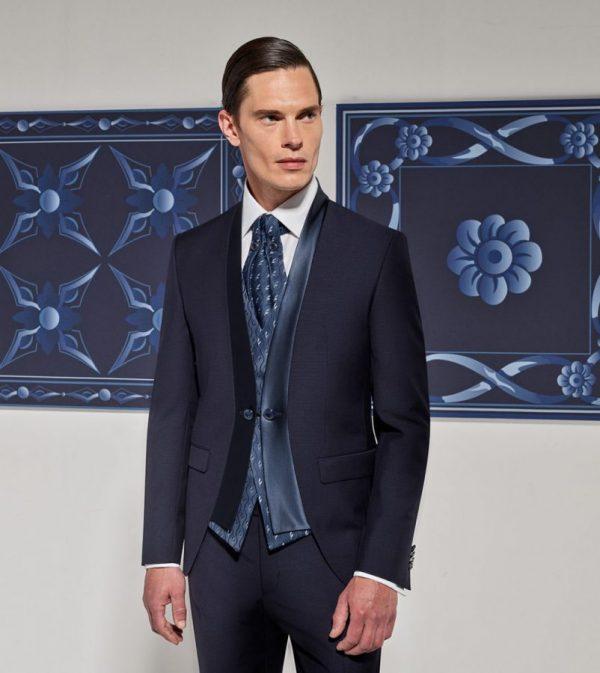 In questa foto un modello della linea Wedding day della collezione di abiti da sposo Andrea Versali 2021