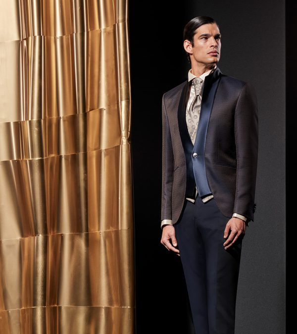 In questa foto un modello della linea Wedding couture della collezione di abiti da sposo Andrea Versali 2021