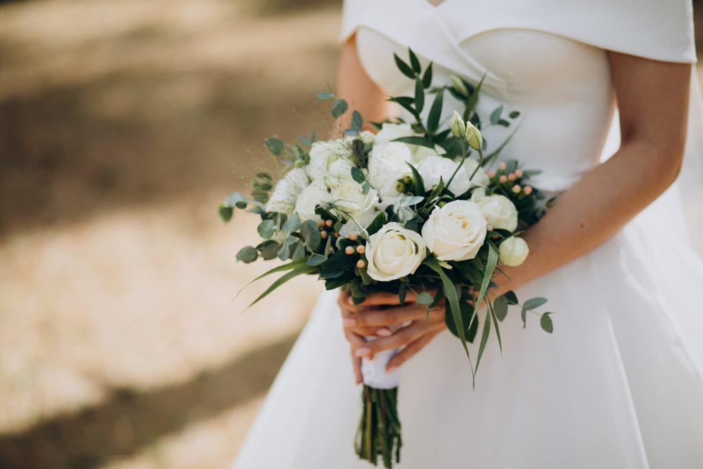 In questa foto un candido e delicato bouquet sposa 2021