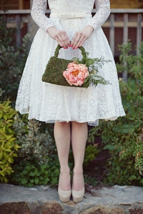 In questa foto un bouquet sposa 2021 a forma di borsetta