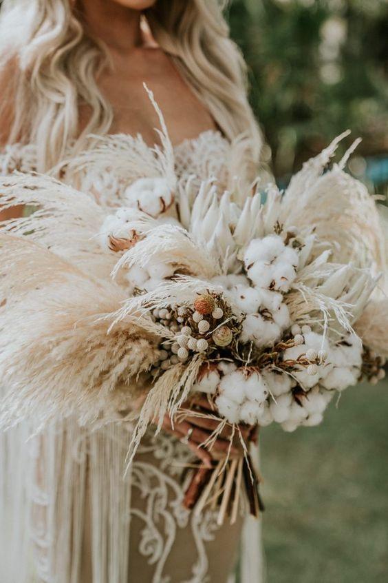In questa foto un bouquet sposa 2021 con le pampas per matrimoni romantici e unconventional