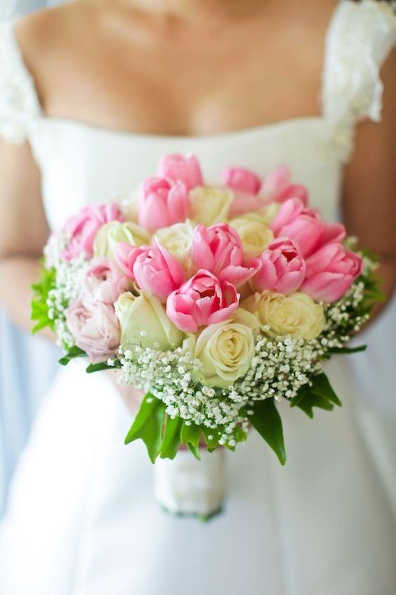 In questa foto un bouquet sposa 2021 primaverile con i tulipani e boccioli di rosa.