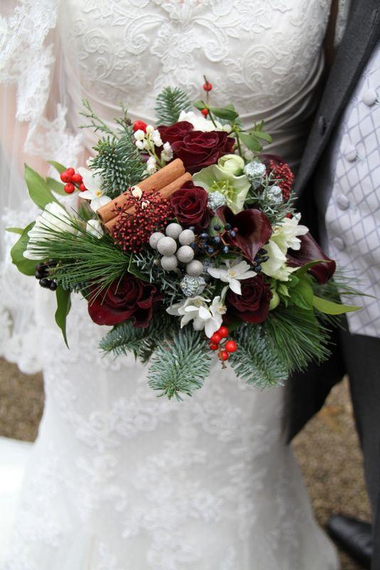 In questa foto un bouquet invernale con bacche e rametti di pino