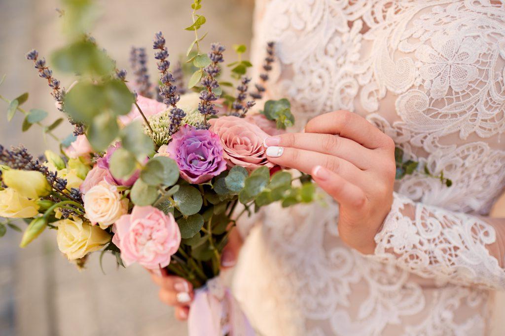 In questa foto un colorato bouquet sposa 2021.