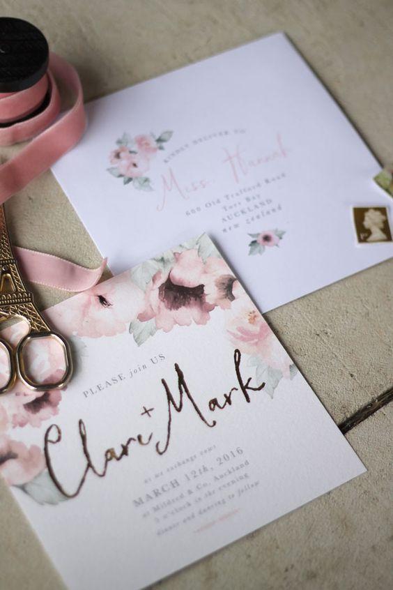In questa foto una partecipazione di nozze con cui comunicare agli invitati la data del matrimonio scelta