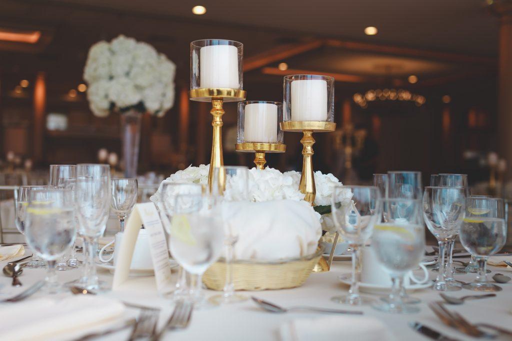 In questa foto una mise en place per un matrimonio elegante