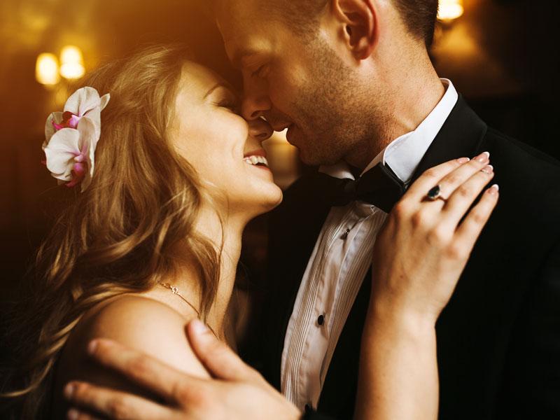 in questa foto di fotografi matrimonio firenze un bacio romantico tra due sposi