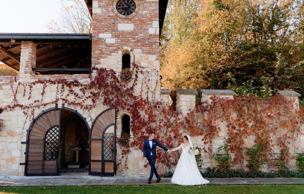In questa foto una coppia davanti al prospetto di un castello per matrimonio