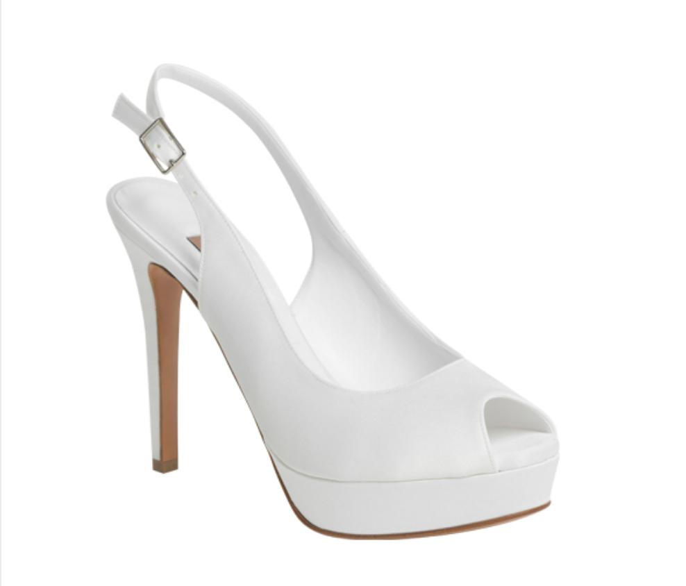 In questa foto le scarpe da sposa con plateau di Albano