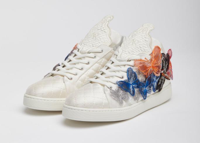 In questa foto le sneakers da sposa bianche di Antonio Riva