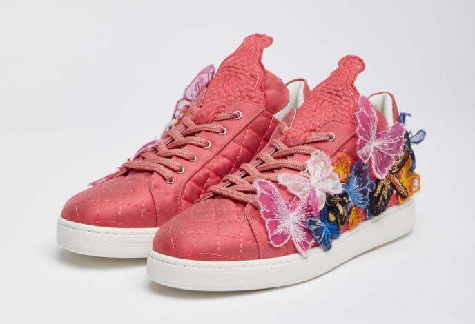 In questa foto le sneakers da sposa rosa di Antonio Riva