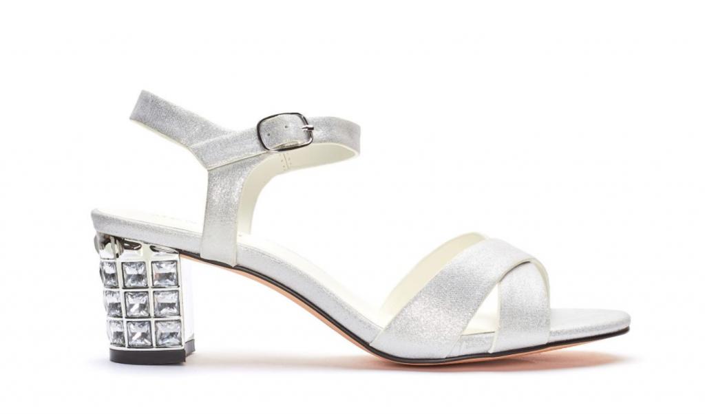 In questa foto sandali da sposa bassi con tacco quadrato Menbur