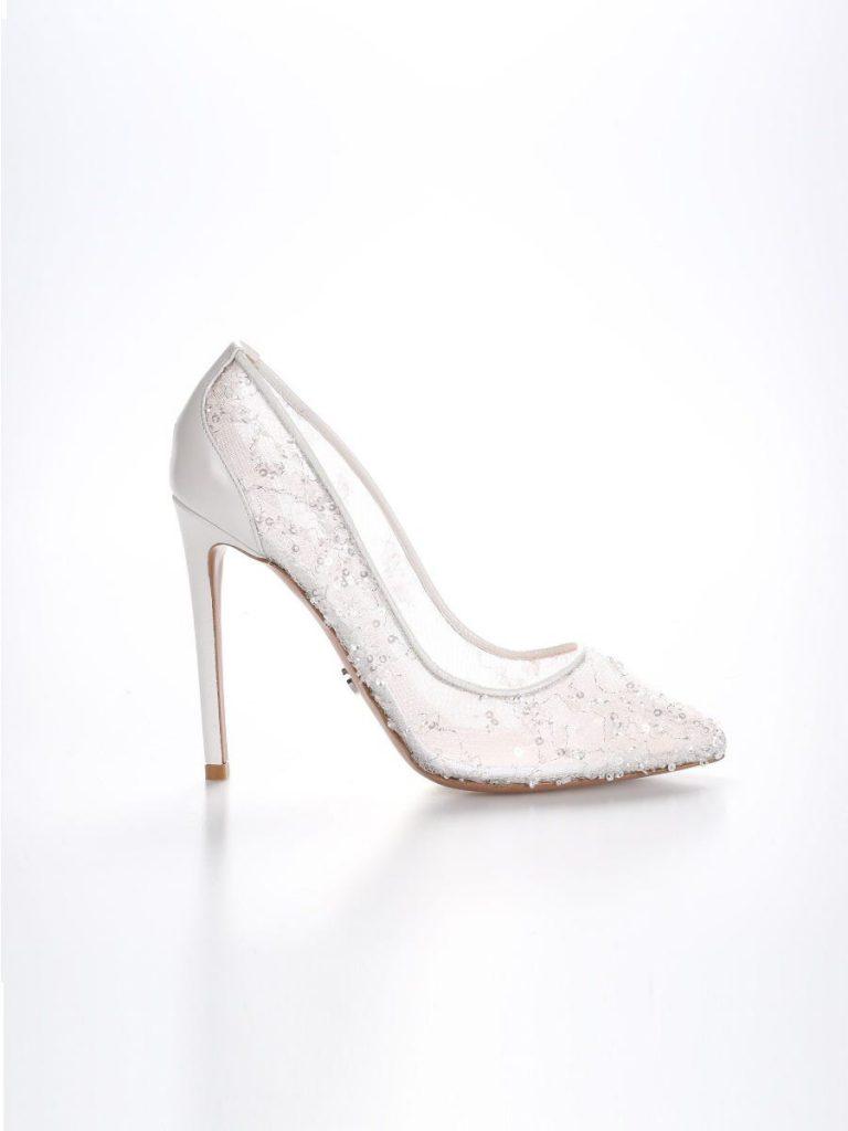 In questa foto scarpe da sposa trasparenti e con cristalli Nicole