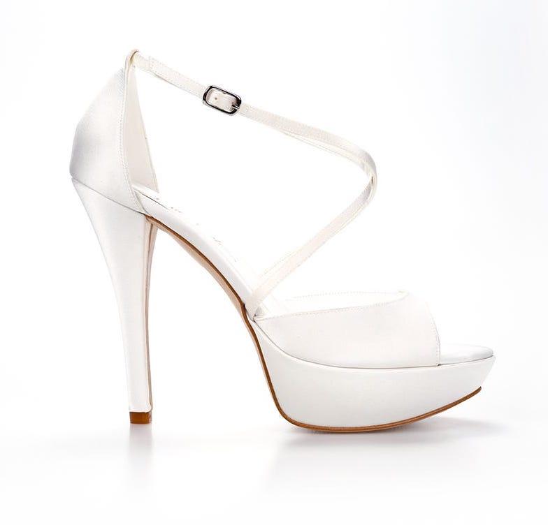 In questa foto scarpe da sposa alte con plateau Nicole