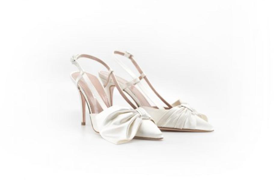 In questa foto scarpe da sposa con fiocco Serrese