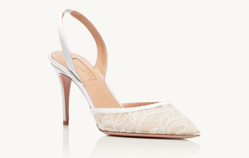 In questa foto scarpe da sposa con pizzo Aquazzura
