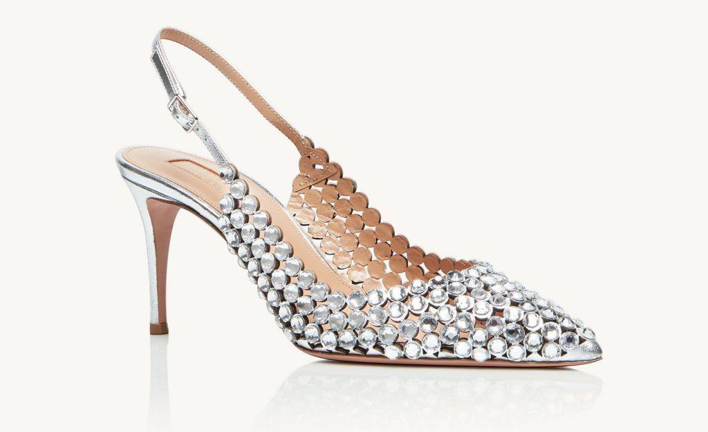 In questa foto scarpe da sposa sling back argento Aquazzura