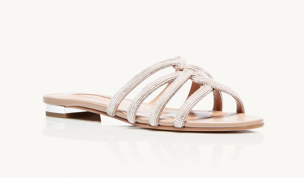 In questa foto sandali da sposa bassi bianchi Aquazzura