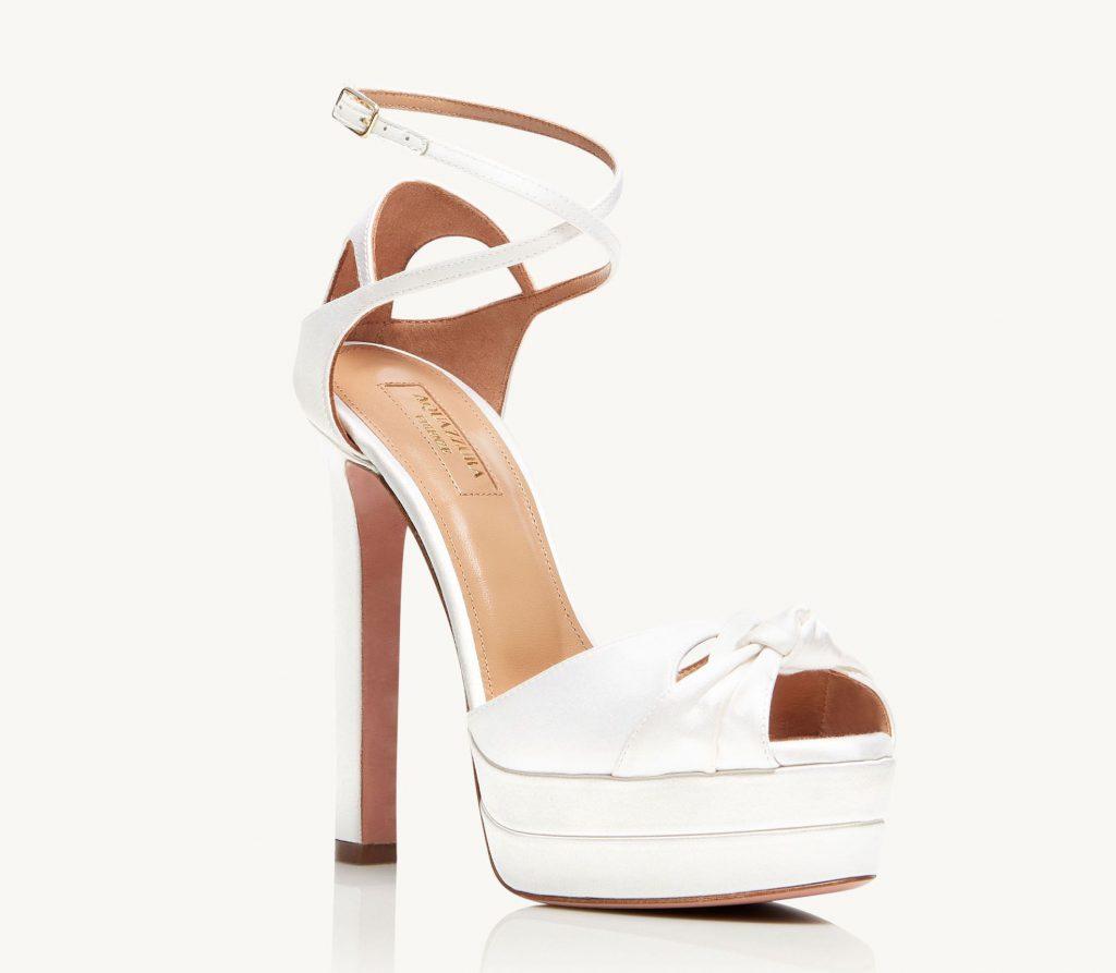 In questa foto sandali da sposa bianchi Aquazzura