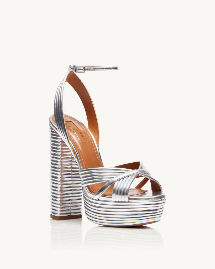 In questa foto sandali da sposa argento Aquazzura