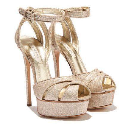 In questa foto sandali da sposa 2021 oro con plateau Casadei