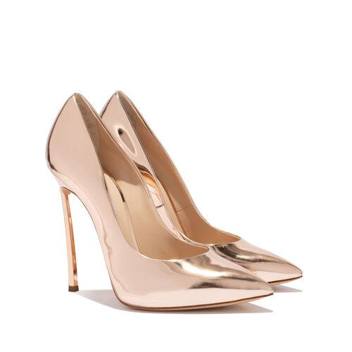 In questa foto scarpe da sposa oro con tacco alto Casadei