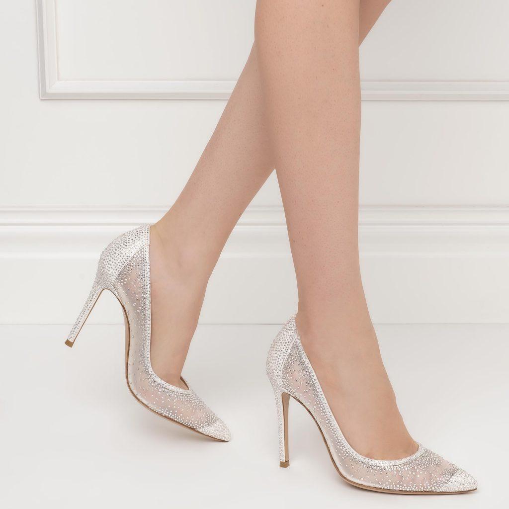 In questa foto scarpe da sposa trasparenti Gianvito Rossi