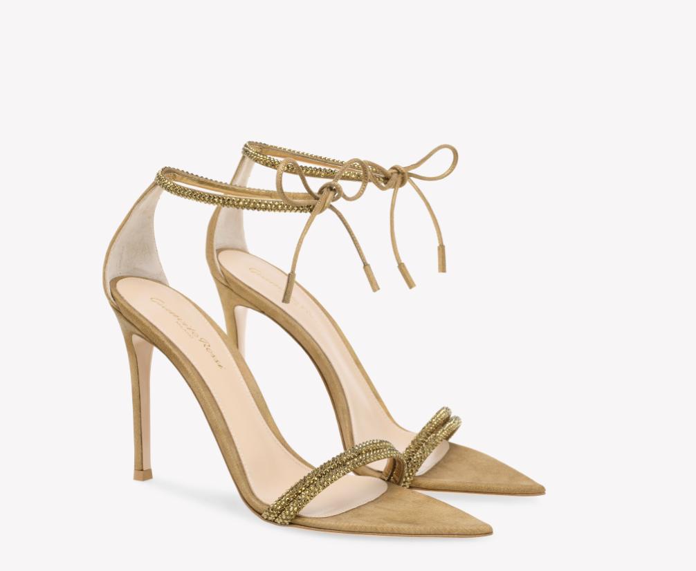 In questa foto scarpe da sposa oro Gianvito Rossi