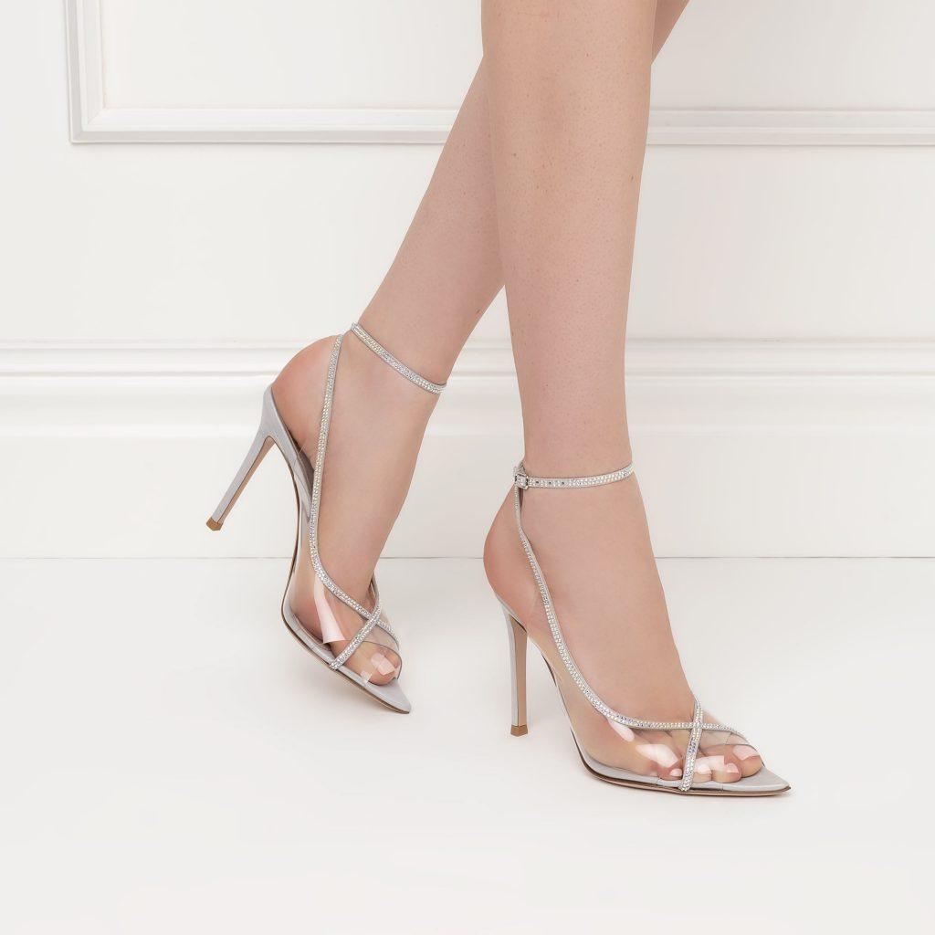 In questa foto scarpe da sposa 2021 trasparenti Gianvito Rossi