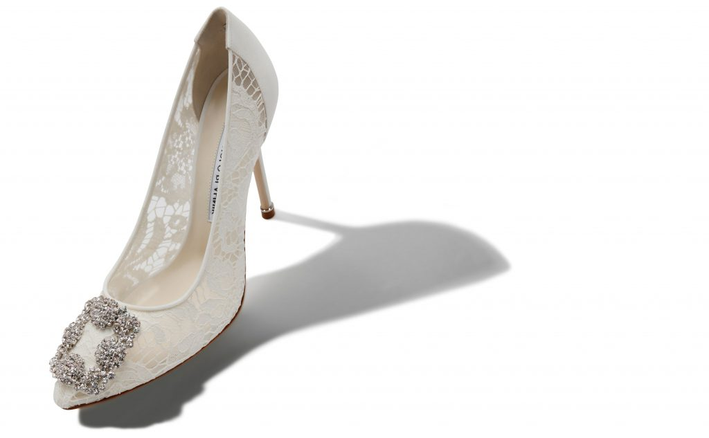 In questa foto scarpe da sposa in pizzo Manolo Blanhik