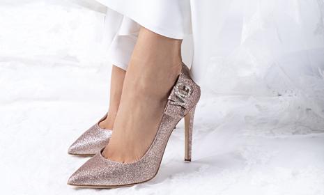 In questa foto scarpe da sposa gold rose Penrose