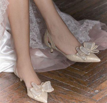 In questa foto scarpe da sposa 2021 con tacco basso Penrose