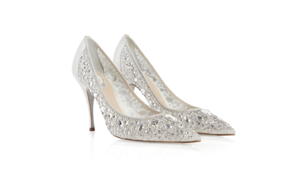 In questa foto scarpe da sposa trasparenti con cristalli René Caovilla