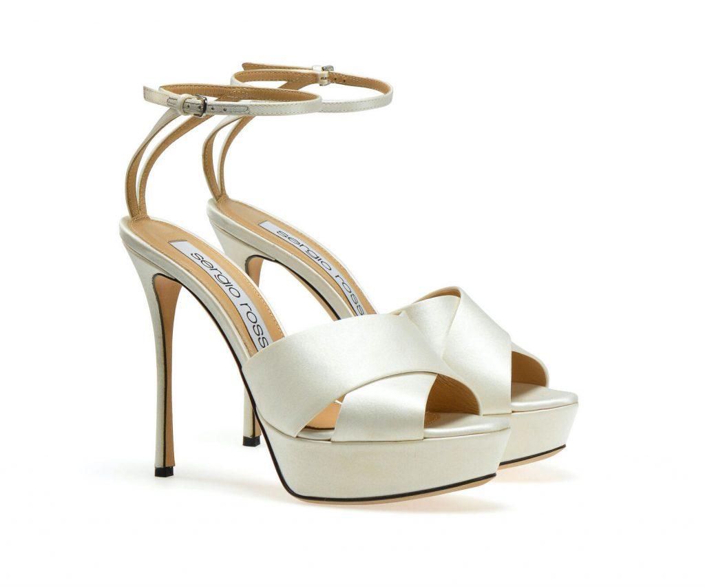 In questa foto sandali da sposa bianchi Sergio Rossi