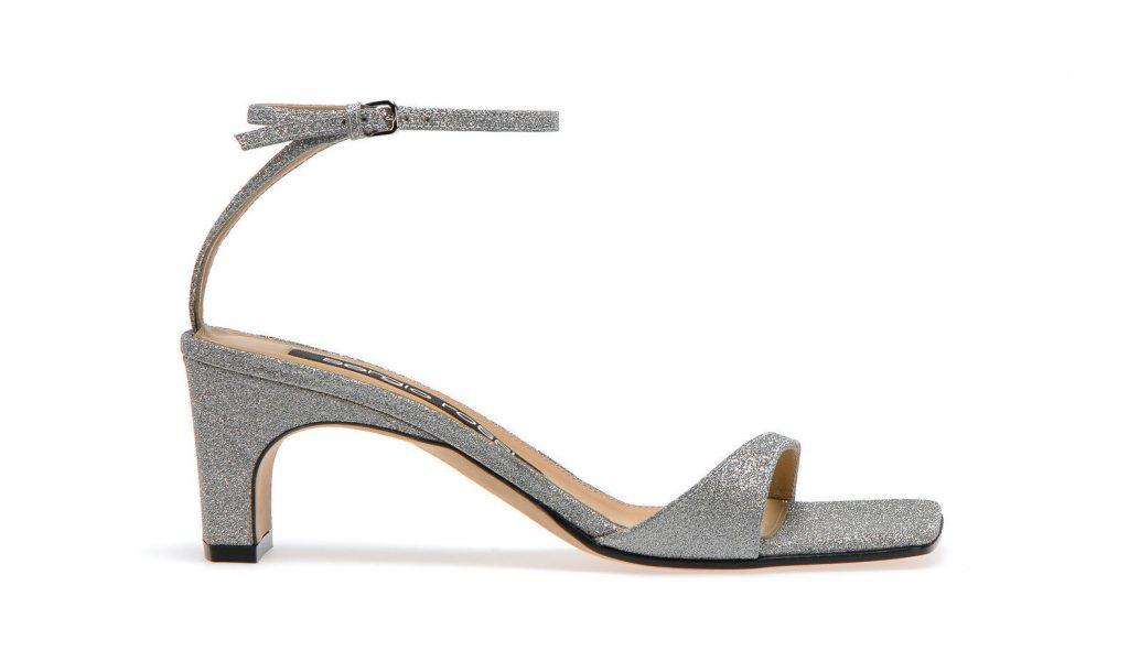 In questa foto sandali da sposa bassi in argento Sergio Rossi