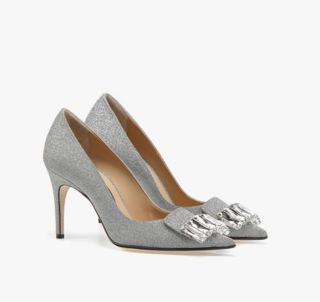 In questa foto scarpe da sposa 2021 argento Sergio Rossi