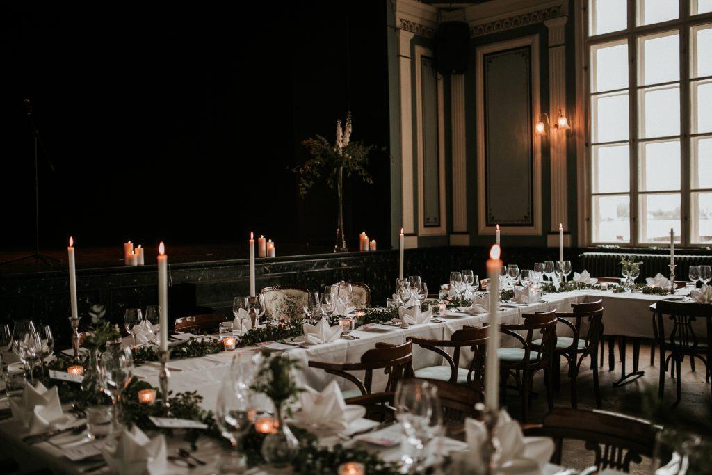 In questa foto un mise en place di un matrimonio in un salone nobiliare