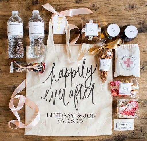 In questa foto una Wedding Bag con il Kit di sopravvivenza per gli ospiti di un ricevimento nuziale