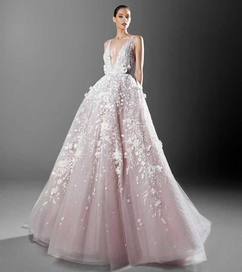 In questa foto un abito da sposa rosa con gonna in tulle Zuhair Murad 2021