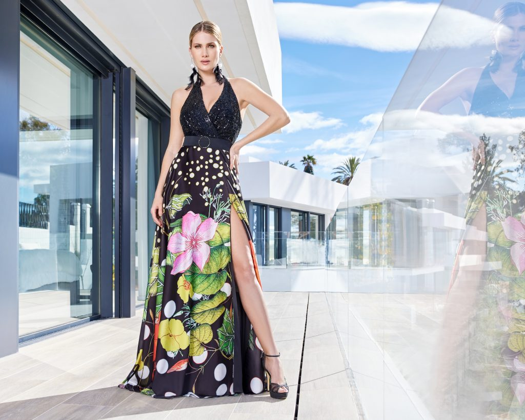 Un abito da cerimonia a fiori della collezione Sonia Peña 2021