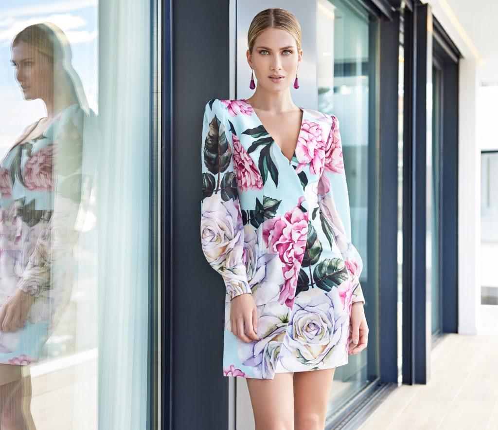 Un abito da cerimonia a fiori della collezione della stilista spagnola