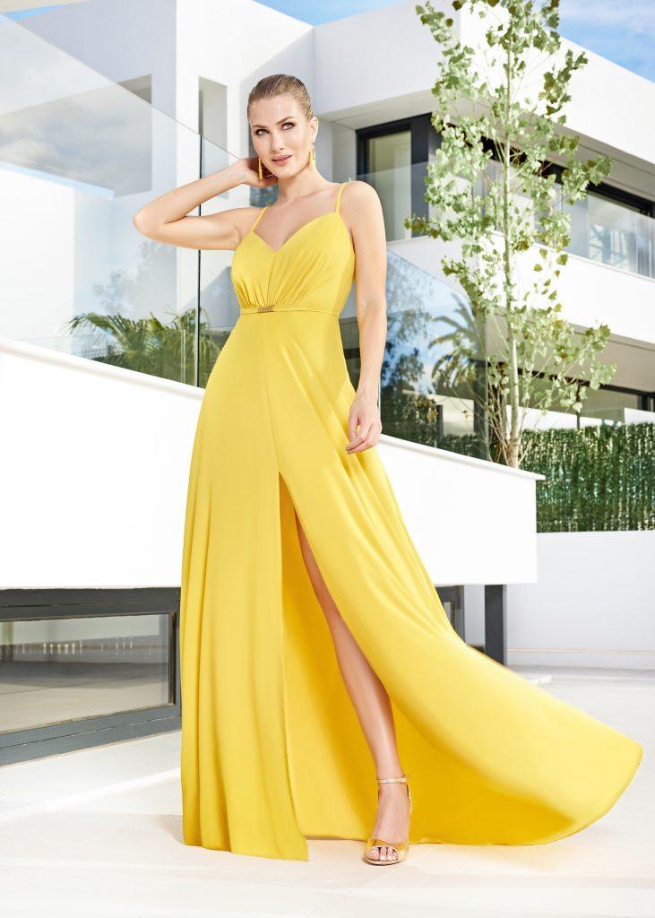 Un abito da cerimonia, lungo e con spacco, della collezione Sonia Peña 2021