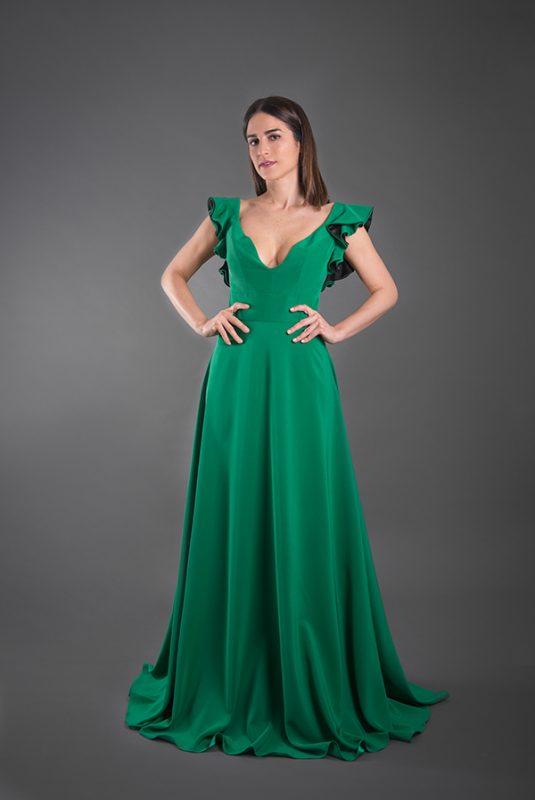 In questa foto un abito verde, colore di tendenza per la cerimonia 2021